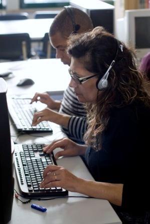 Fotografia de dois formandos a usar o computador