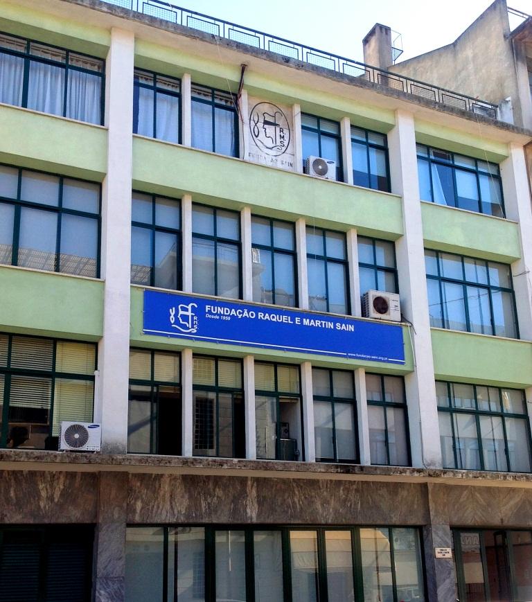 Fotografia da fachada do edifício sede da Fundação, em Alvalade