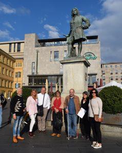 Fotografia do grupo de participantes e acompanhantes alemães, durante a visita ao centro da cidade de Halle