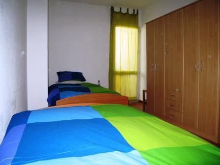 Fotografia de um dos quartos duplos, no Lar Residencial