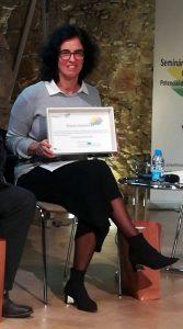 Imagem da Coordenadora do projeto VAPETVIP a segurar o prémio recebido